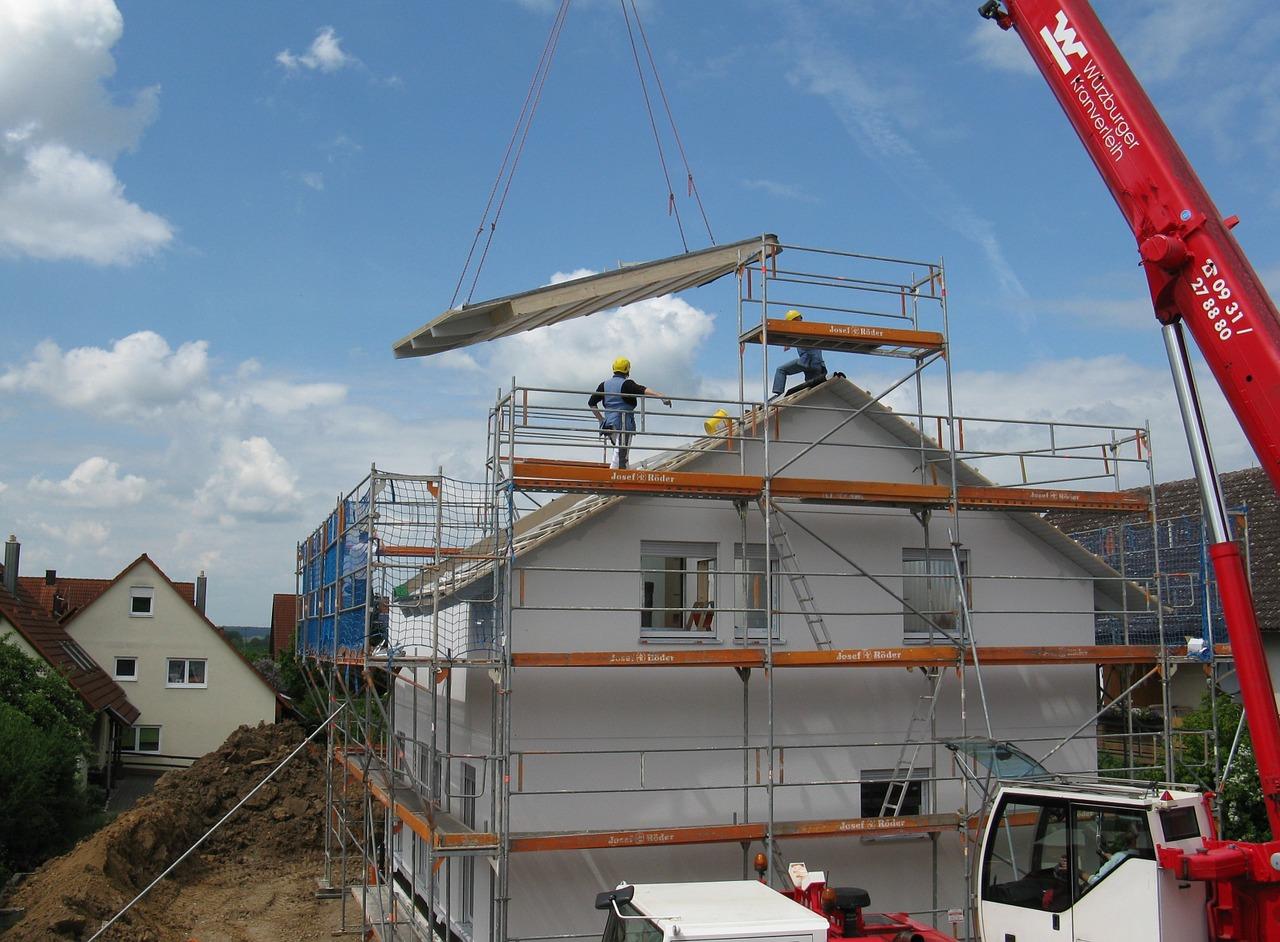Wie plant man einen Hausbau, Baufirma, Dach decken