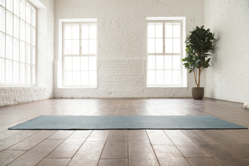yoga im meditationsraum
